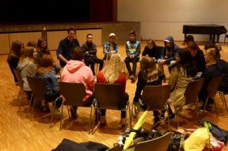 Zusammen mit dem Theaterpädagogen Daniel Scholz haben sich Detmolder und Savonlinner Teilnehmer Aula überlegt, wie sie ein Stück zum Thema Wald erarbeiten können. Es ging um das Entwickeln einer Geschichte und der unterschiedlichen Charaktere, die darin eine Rolle spielen. Jeden Morgen traf sich die Gruppe in der Aula, um daran zu arbeiten.