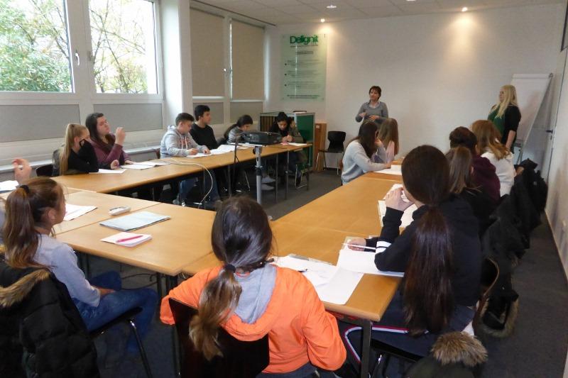 Frau Gottesbüren informierte zusammen mit einer ehemaligen Auszubildenden über Ausbildungsbereiche bei Delignit.